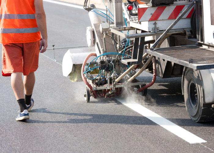 Máquina que realiza el servicio de mantenimiento de carretera